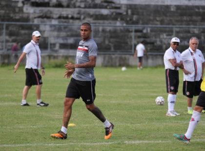 Givanildo realiza treino coletivo e testa opções na equipe