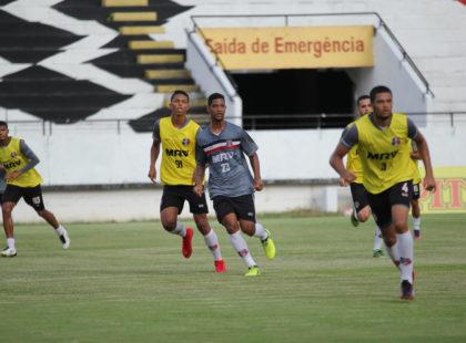 Em treino tático, Júnior Rocha esboça equipe titular