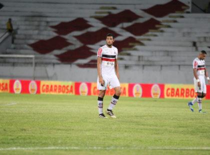 Augusto Silva fala sobre novo treinador, disputa na zaga e momento da equipe