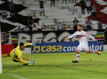 Geovani comemora primeiro gol e momento com a camisa coral