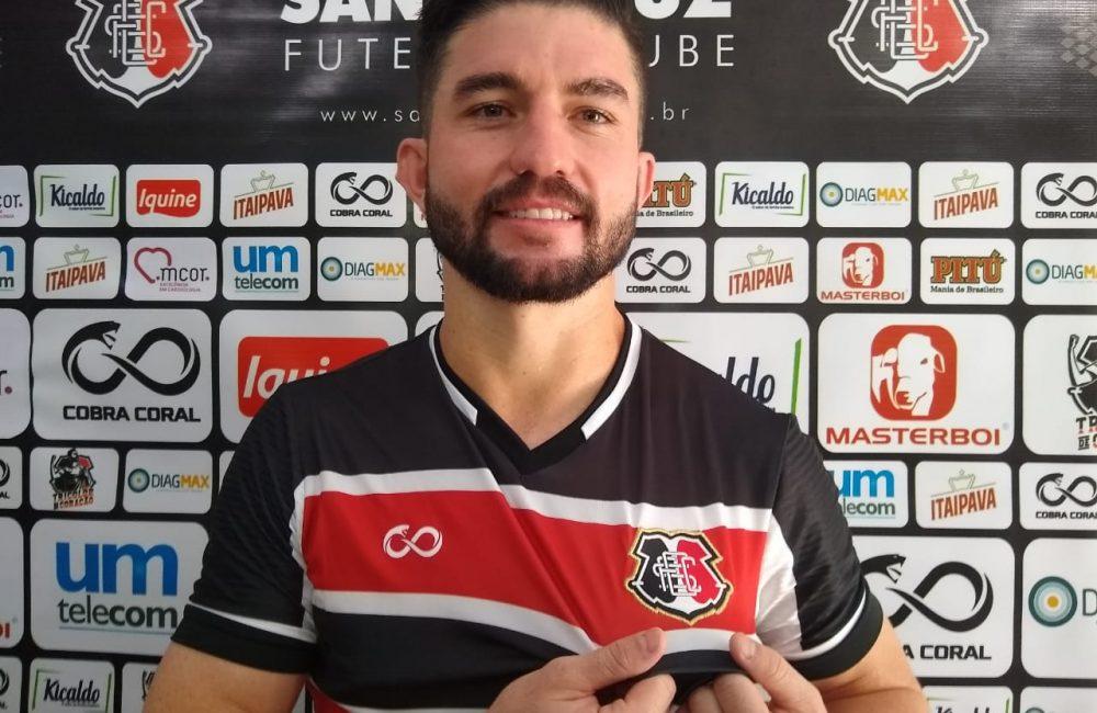 Guilherme Queiróz confirma preferência por jogar centralizado