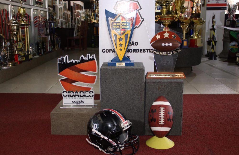 Sala de memórias recebe troféus do futebol americano