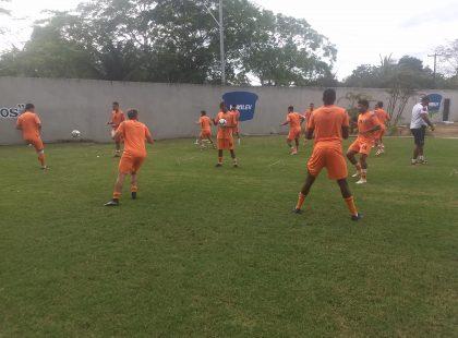 Elenco treinou pela primeira vez com bola